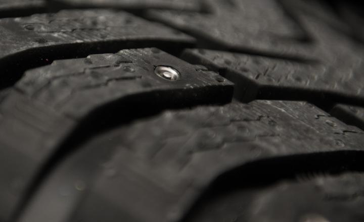 Първата в света зимна гума с прибиращи се шипове
