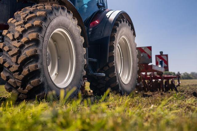 Tysk universitet tester Nokian Ground King-traktordekk med hybridmønster i driften hos en stor landbruksentreprenør – studien viser betydelige fordeler