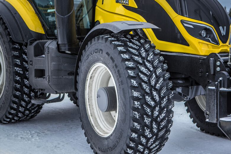 Safer and more sustainable airport maintenance – Valtra and Nokian Tyres join forces in autonomous snow removal project