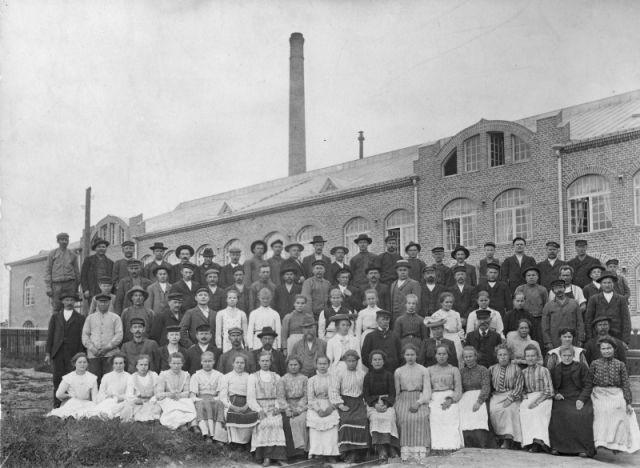Gummitehdas workers in front of the factory in 1907. Technical Director Antti Antero is sixth from the right in the second row.