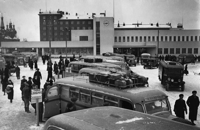 Bus station in 1938. Picture archive of the Vapriikki museum centre.