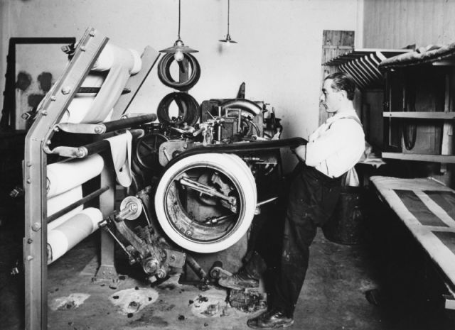 Vilho Gröndahl assembling Hakkapeliitta in the 1930s. The first car tyres had four layers