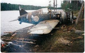 Истребитель Brewster-372. Шина для тележки Nopsa компании Nokian, установленное на хвостовом колесе самолета, поднимают из необитаемого озера.