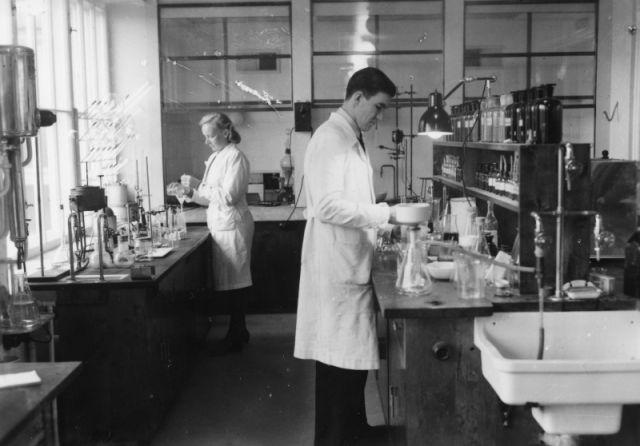 Исследователи за работой в лаборатории завода Нокиа.
