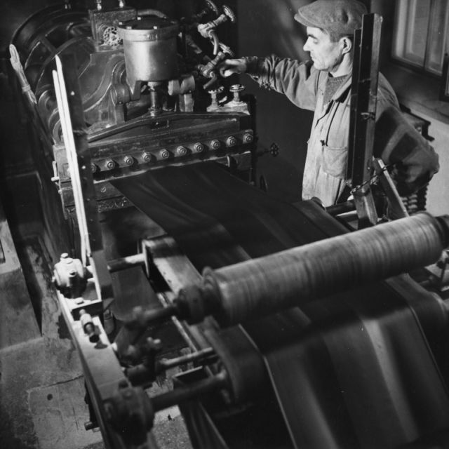 Treading in 1946. Pekka Vilma operating the machine.