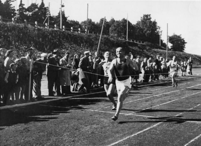 In 1952, the year of the Olympic Games, the three Gummitehdas factories Nokia, Tampere and Savio competed in the Kumikisat (Rubber Games) at the Tammela athletics stadium in Tampere. The final moments of the seniors' 100-metre race.