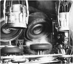 The Bag-O-Matic press replaced the separate pad installed manually inside the tyre with an integrated, steam-filled curing pad.