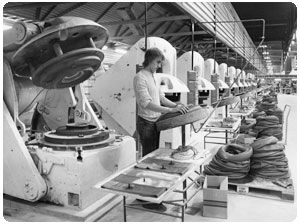 Curing presses for inner tubes at the Lieksa factory in 1975.