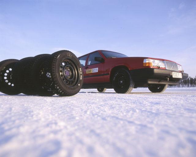 Testiauto valmiina työpäivään Ivalon testikeskuksessa, 300 kilometriä napapiiriltä pohjoiseen.