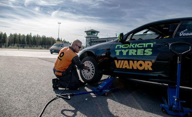 Nokian tyres sponsorise le record du monde pour la voiture la plus rapide sur deux roues - Voiture la plus rapide du monde 2016 ...