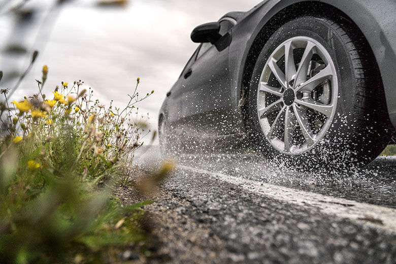 Fall rain increases the risk of aquaplaning – tread depth and driving style are more important than the tire's wet grip rating