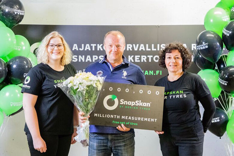 The lucky driver of the one-millionth scanned vehicle was Markus, who lives in Helsinki. He visited the SnapSkan service point in Kaari shopping center parking hall.