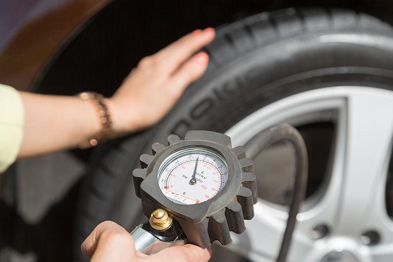 Tarkista rengaspaineet ja kierrätä renkaita